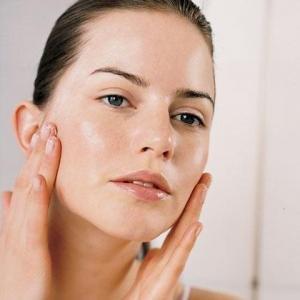 come eseguire una pulizia del viso