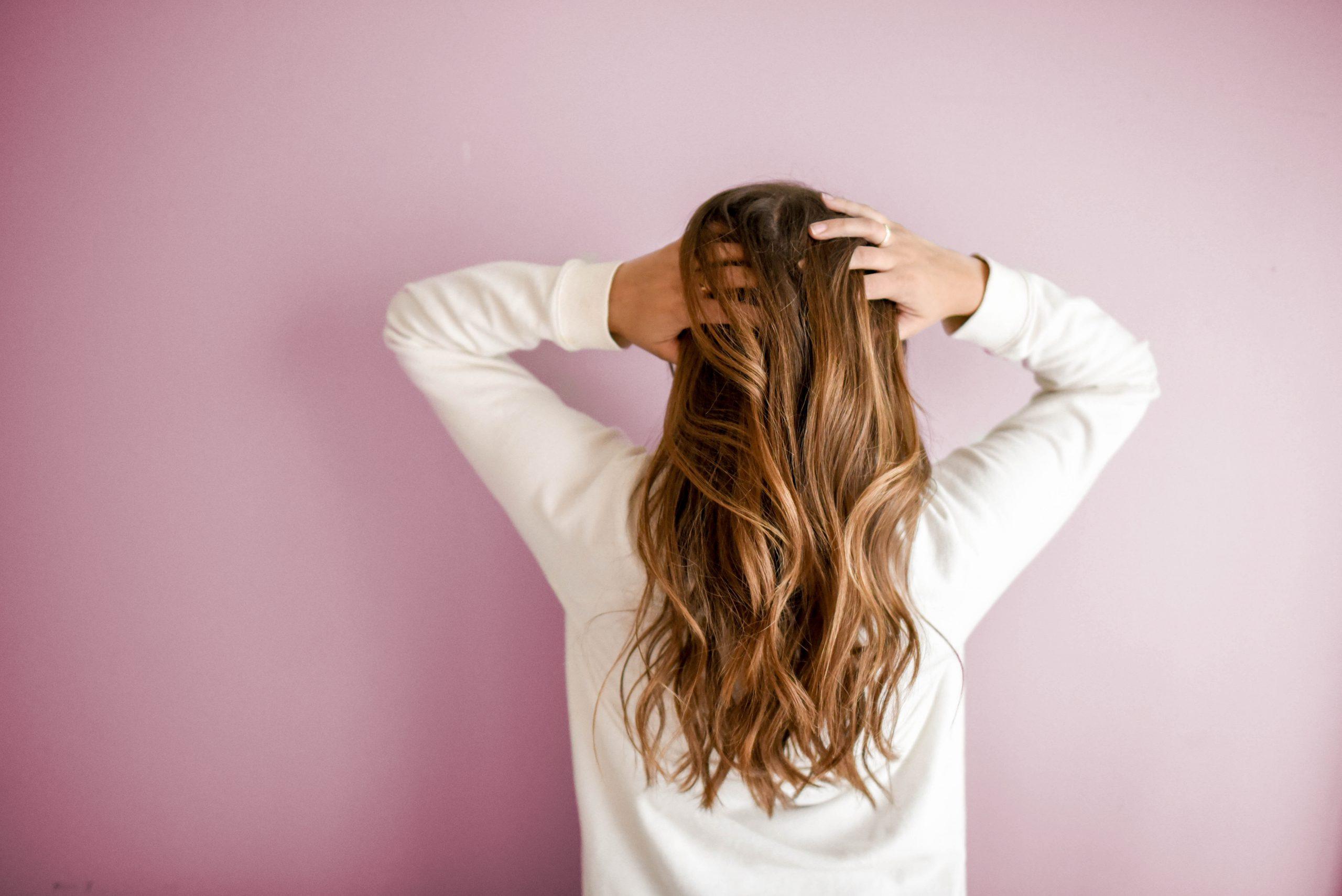 Ragazza con capelli mossi